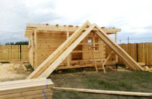 Подготовленные к монтажу стропила крыши