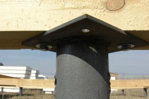 Крепление бруса на металлической стойке фундамента