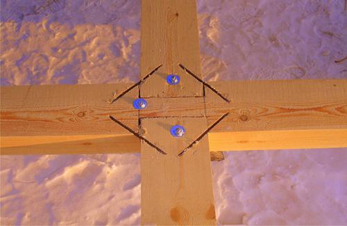 Соединение балок уложенных крест-накрест