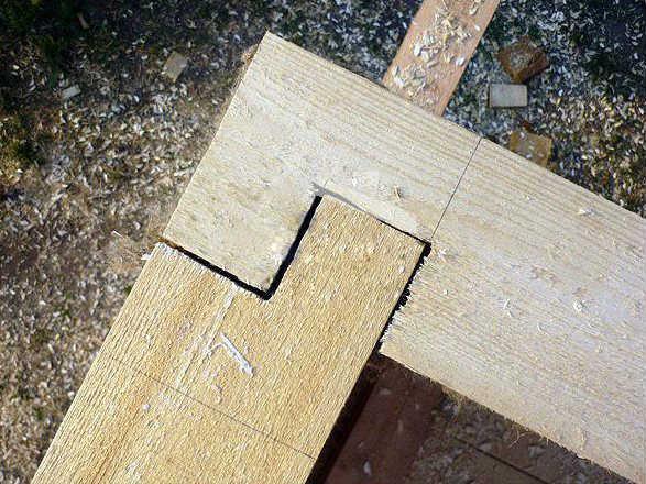 Угловое соединение бруса на коренной шип