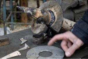 Лопасть вырезают из листового металла