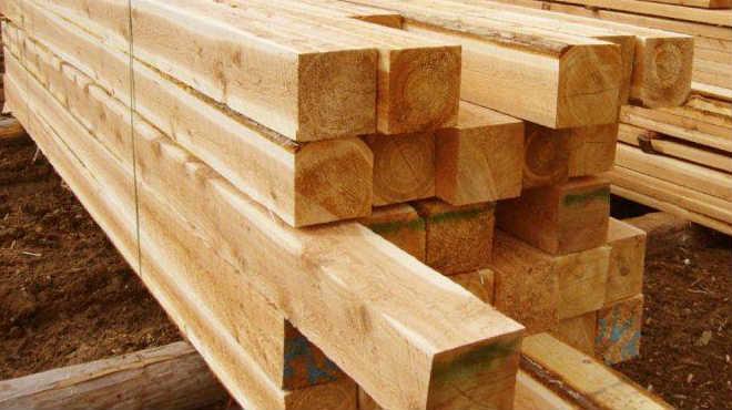 Деревянный калиброванный брус уложенный в штабель