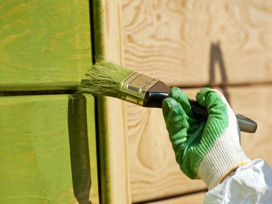 Окраска сруба зеленой краской