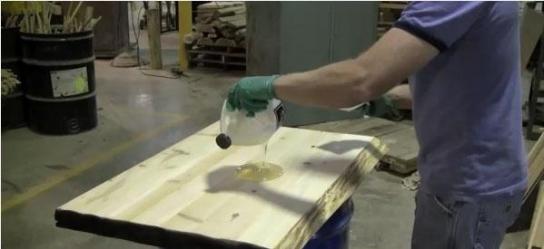 Нанесение жидкого стекла на деревянную поверхность
