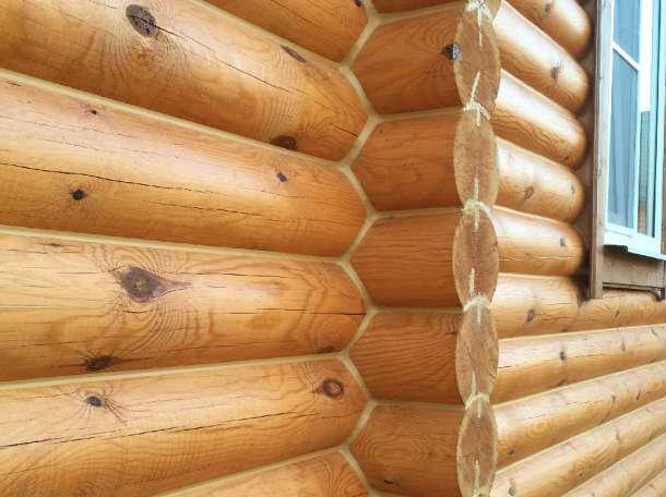 Стыки бревен заделаны герметиком