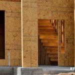Каркас внутренних стен обшивается плитами OSB